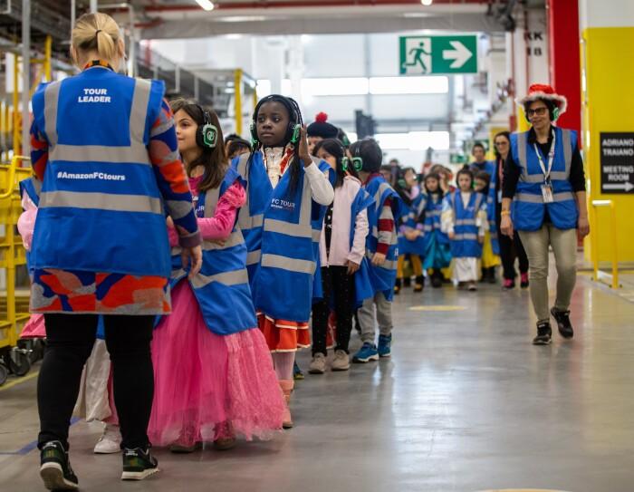 I bambini di Passo Corese visitano il centro di distribuzione in maschera