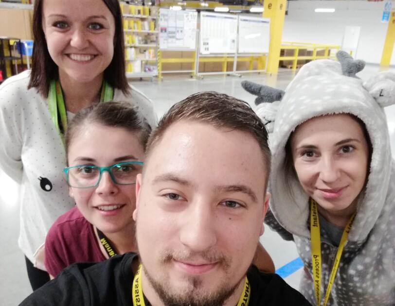 Pracownicy Amazon w piżamach