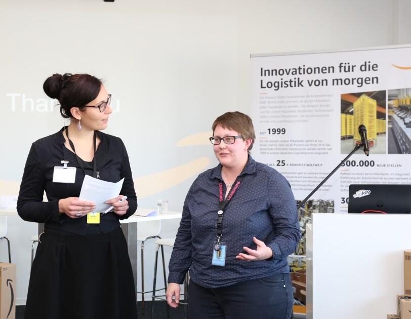 Valerie Lux hält einen Zettel in der Hand und blickt zu Johanna Köberich , die gerade etwas zu erklären scheint