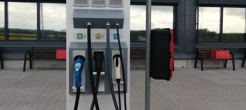 Stacja ładowania dla pojazdów elektrycznych w centrum logistyki w Okmianach