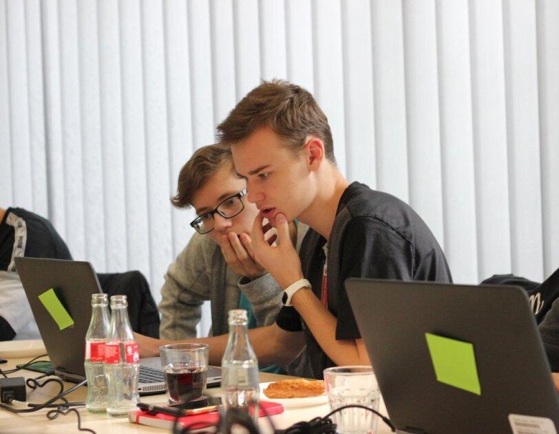 Jugendliche tüfteln am Laptop